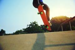 踩滑板溜冰板者的腿 图库摄影