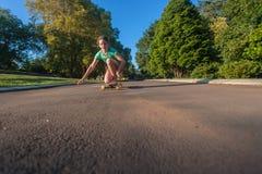 踩滑板的女孩乐趣 库存照片