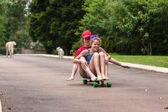 踩滑板的女孩 库存图片