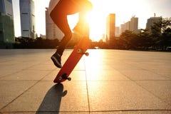 踩滑板的妇女 图库摄影