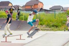 踩滑板的比赛在Pyatigorsk冰鞋公园  乘坐在室外具体skatepark的年轻白种人溜冰板者 免版税图库摄影