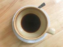 踪影或倒空在棕色陶瓷杯子和whi的热的无奶咖啡 图库摄影