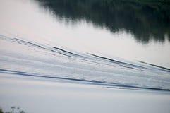 水踪影从河的小船是,从上面的看法 库存照片
