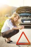 蹲下在路的妇女 哀伤的人 汽车损坏了 自然本底 3d事故查出的汽车例证回报了白色 免版税库存图片