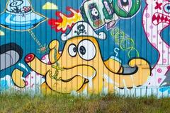 蹲的大厦街道画墙壁在海牙,荷兰 免版税库存照片