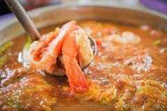 暴躁的热&酸咖喱用虾和金合欢煎蛋卷 免版税库存图片