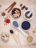 身体关心和超级健康食品选择与补充粉末 免版税库存照片