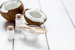 身体关心的椰子油在白色书桌大模型的化妆概念 图库摄影