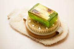 身体刷子肥皂和洗刷手套 免版税图库摄影
