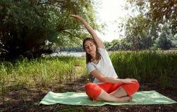 身体平衡的瑜伽-妇女放松 免版税图库摄影