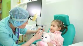 身体检查孩子,健康预防,耳鼻喉科的医生的咨询,耳镜检法,诊所的忠告耳鼻喉科医师 影视素材