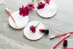 身体的一个wadded垫的奶油和手在白色木背景的 树花、石头和香波 库存图片