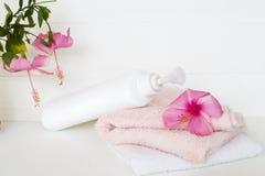身体皮肤的草本液体皂医疗保健与两端有绒穗之布 库存图片