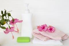 身体皮肤的草本液体皂医疗保健与两端有绒穗之布 免版税库存照片