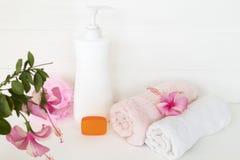身体皮肤的草本液体皂医疗保健与两端有绒穗之布 库存照片