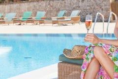 身体部位一只女孩手的有champa玻璃的  免版税图库摄影