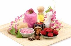 身体洗刷用草莓、海盐和橄榄油。(为干性皮肤) 免版税图库摄影