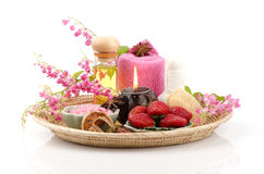 身体洗刷用草莓、海盐和橄榄油。(为干性皮肤) 免版税库存图片