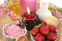 身体洗刷用草莓、海盐和橄榄油。(为干性皮肤) 库存照片