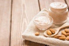 身体洗刷用身体关心的杏仁在木桌背景 免版税图库摄影