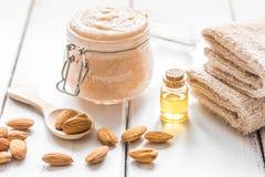 身体洗刷用身体关心的杏仁在轻的桌背景 图库摄影