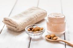 身体洗刷用身体关心的杏仁在轻的桌背景 库存图片