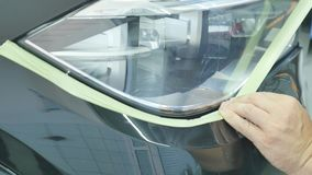 身体画家掩没的汽车分开与一些磁带和纸 股票视频