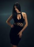 黑紧身礼服的性感的女孩 免版税库存图片