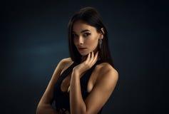 黑紧身礼服的性感的女孩 图库摄影