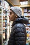 终身纽约人的画象在cornerstore熟食店 免版税库存照片