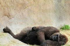 躺下与婴孩的母亲 库存照片