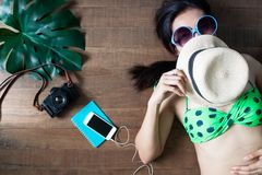 躺下在木背景,秀丽的比基尼泳装的愉快的妇女  免版税库存照片