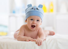 躺下在毯子的一个逗人喜爱的3个月婴孩的画象 库存图片