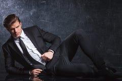 躺下性感的年轻时尚的人 免版税库存照片