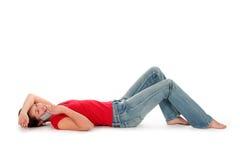 躺下的妇女年轻人 免版税库存图片
