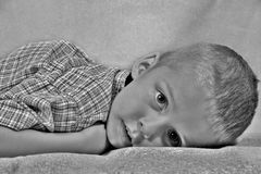 躺下的男孩 免版税库存照片
