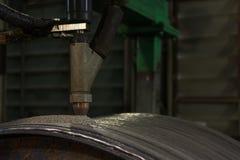 躺在了钢卷焊接的坚硬表面化淹没电弧焊接过程 免版税库存照片