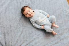 躺在床上的甜婴孩 医疗保健,小儿科 可爱宝贝男孩的画象 免版税图库摄影