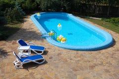 躺椅池游泳瓦片 库存图片