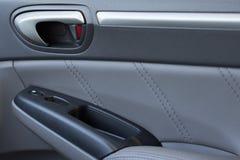 车与锁和电动窗户按钮显示的门盘区 免版税库存图片