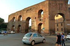 车和人们街道的在早晨 意大利罗马 免版税库存照片