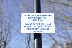 车和内容在工作场所留给所有者风险责任偷窃寄存防腐安全标志 库存图片