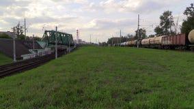 货车和郊区电车在同一个方向跟随 影视素材
