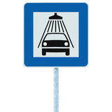 洗车在岗位杆,交通roadsign,蓝色的路标被隔绝的车阵雨洗涤的服务路旁标志,大详细 库存图片