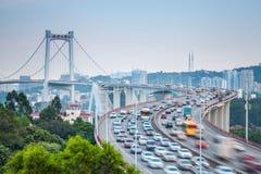 车在曲线桥梁的行动迷离 免版税库存照片