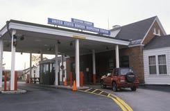 车在Richford,在途中的佛蒙特接近边界检查驻地横跨在加拿大和U之间的边界 S 免版税库存照片