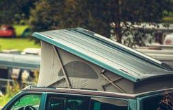 车屋顶帐篷野营 图库摄影