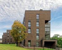 车库和现代公寓玻璃建筑学  库存图片