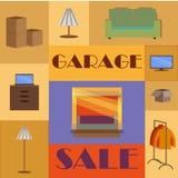 车库或庭院旧货出售与标志、箱子和家庭项目 免版税库存照片