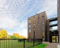 车库现代建筑学在公寓的 免版税库存图片